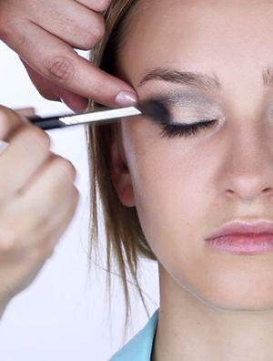 #tutorialmaquillaje #social #fiesta o cocktail. #tipsdemaquillaje. Cualquiera sea el motivo de la reunión, toda mujer busca brillar en la fiesta. Aquí les compartimos tips de maquillaje que las llevarán directo al podio.