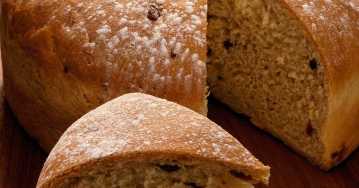 Cómo reemplazar la levadura con bicarbonato de sosa y jugo de limón. Un tipo de hongo microscópico, la levadura, suele usarse como agente de fermentación en panes y productos de panadería. Cuando la levadura se incorpora en la masa, fermenta la harina y libera dióxido de carbo. El gas liberado ayuda a que la masa se eleve, teniendo como resultado una textura ligera y fofa. Aunque la levadura tiene propiedades ...