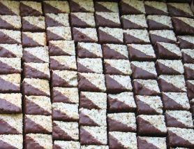 Vyšlehejte 240g bílků ( cca 6- 7 bílků) a 140g cukru krupice, vmíchejte 70g kokos a 70g ml ořech ( d...