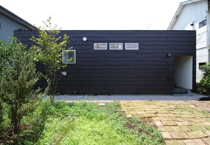 こげ茶色のガルバリウム鋼板外壁の平屋住宅