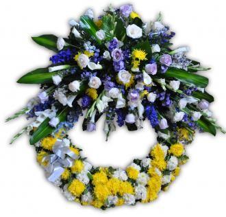 Corona de 1mt. de diámetro decorada con 48 rosas de exportación, flor de complemento y follajes varios - See more at: http://addyflorales.com/floristeria/arreglos-funebres/coronas/af-736/#sthash.uMskPeUa.dpuf