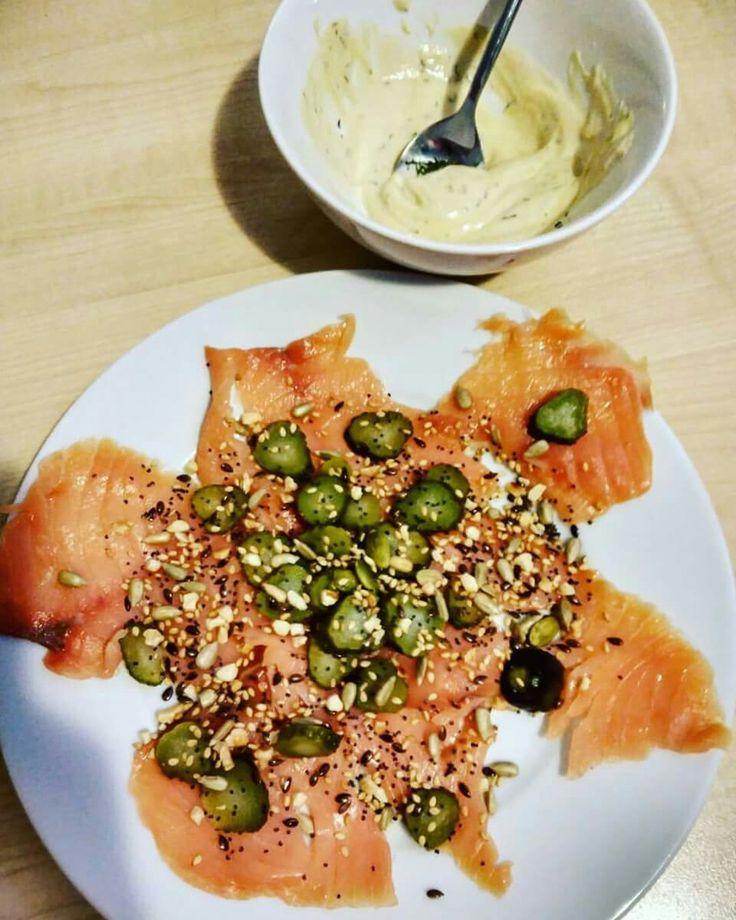 Salmón ahumado con pepinillos en vinagre y salsa tahini con mostaza eneldo  y semillas tostadas