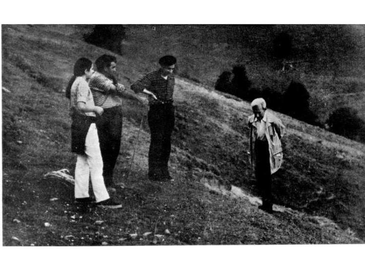 Juan Corominas (derecha) y Luis Michelena (centro), durante una encuesta lingüística en el Valle del Roncal. Ref. M. de Ugalde, Hablando con los vascos :: Multimedia galeria :: Euskomedia