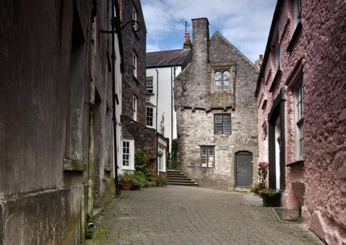 Just off the Harbour in #Tenby you will find this little street which has the #Tudor #Merchants house at the top.