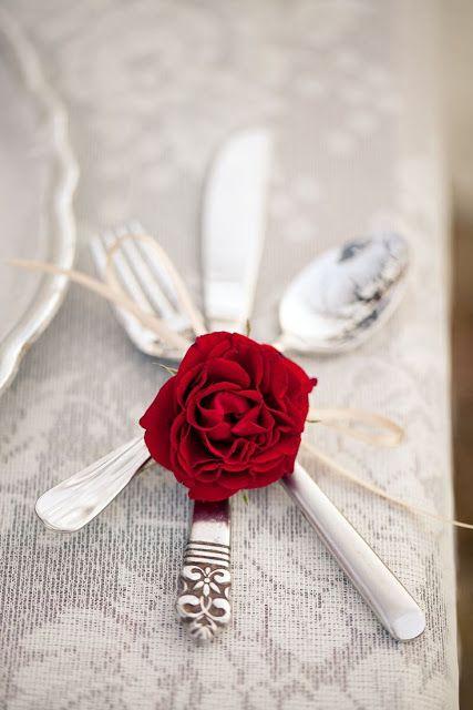 simplicidade e charme para prender os talheres com uma flor
