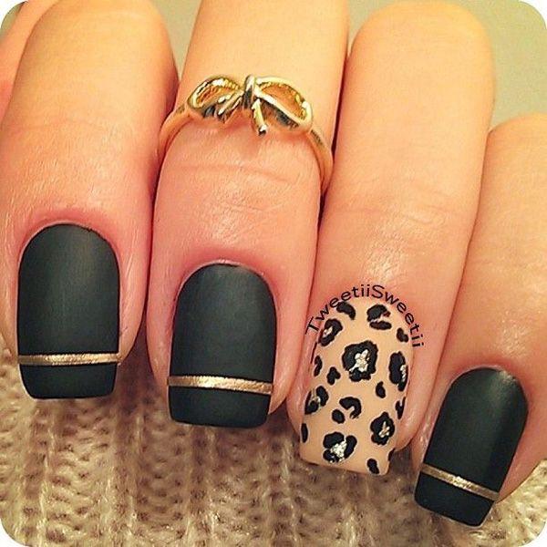 Coloque un esmalte metálico de color dorado mate en sus uñas de negro para crear un sorprendente contraste con el clavo estampado de leopardo.