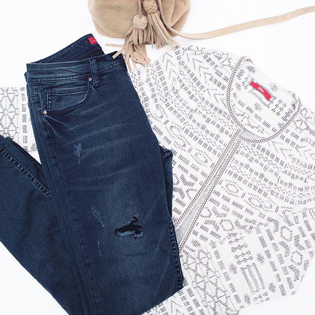 предметы первой необходимости на выходные: синие джинсы, кардиган и замшевые сумки.  #sOliver #fashion #style #denim #cardigan #bag