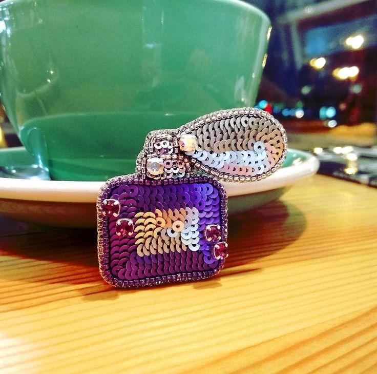 """Брошка """"духи"""" мини вариант,  сделана на заказ. Брошь выполнена из кристаллов swarovski, итальянских пайеток, японского бисера Toho, изнанка - натуральная кожа серебряного цвета #брошьручнойработы #брошьтюмень #брошь #хэндмэйд #тюмень #тмн  #brooches #handmadebrooch #handcrafted #tmn #tyumen #брошьдухи"""