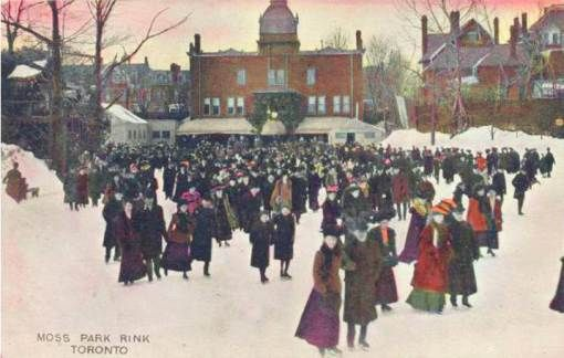 POSTCARD - TORONTO - MOSS PARK ICE-SKATING RINK - BIG CROWD - HOMES BEHIND…