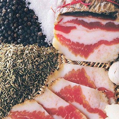 Toskanischer Schweinebauch Finocchiata di Montefioravalle | Wurstspezialität des toskanischen Bergdörfchens Montefioralle mit einem Mantel aus würzigem wilden Fenchel und schwarzem Pfeffer.