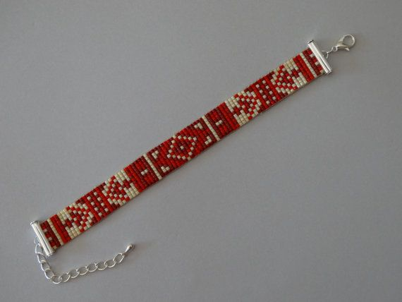 Miyuki Perlen Loom Armband mit eine aztekische Muster. Die Farben, die in dieses Armband verwendet werden sind rot und Creme. Das Armband ist 9 Zeilen Perlen breit und mit einer silbernen Hummer-Kette Verschluss und Erweiterung abgeschlossen ist. Das Armband passt Menschen mit einer Handgelenkgröße von 14-18 cm.