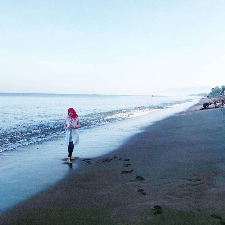 Pantai yang bersih, udara yang segar serta kemilau cahaya mentari yang nampak diantara riak laut adalah hal yang dapat dinikmati dengan bebas dari pantai Gading. Tak hanya itu, kuliner seafood segar seakan melambai dan siap untuk disantap diantara pasir putih pantai Gading.Photo by instagram.com/ningsihnc]