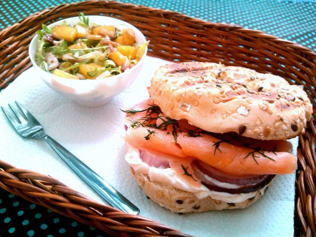 Sanduíche de salmão defumado e cream cheese (Lachs-Sandwich mitFrischkäse)