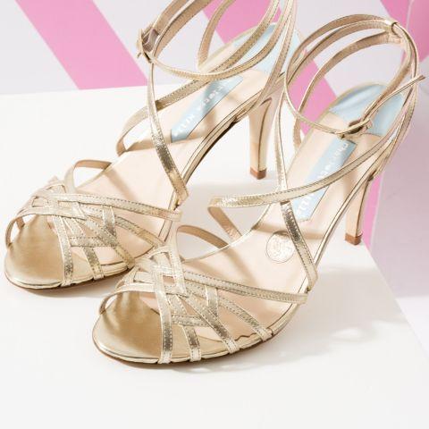 """""""Algo viejo, Algo nuevo, Algo prestado, Algo azul y una moneda de seis peniques de plata en su zapato"""". Con esta frase resume la diseñadora estos zapatos que reúnen todo lo que necesitas:  Algo viejo: la moneda de seis peniques que lleva la plantilla de caza zapato de novia.Algo nuevo: el par de zapatos nuevoAlgo azul: una tira de ese color cosida sobre laplantillaAlgo prestado: un sobre que mandan junto a los zapatos para que lo devuelvas con una fito tuya (con los zapatos) dentro."""