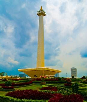 It's easy to see why The National Monument (Monas) in the center of Merdeka Square is a popular tourist attraction in #Jakarta. id.easybook.com
