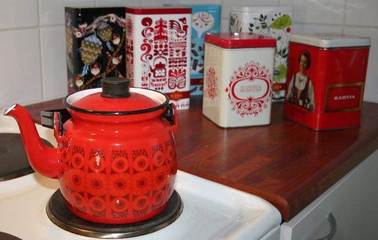 pientä mutta suurta: Old coffee pot and tins