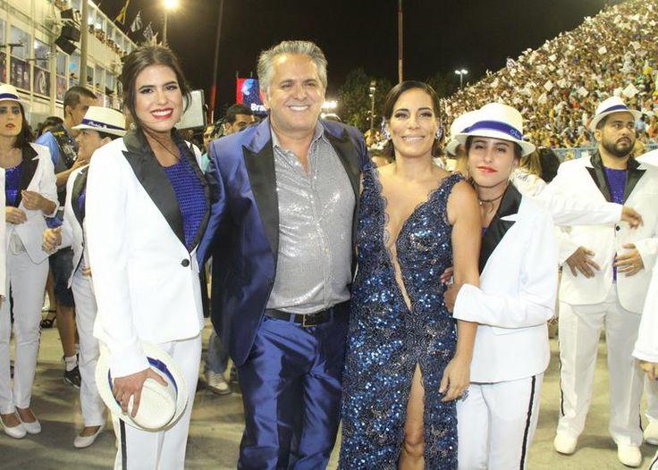 Gloria Pires e família desfilam pela Portela