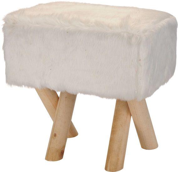 een rechthoekige kruk met wit imitatiebont. Door dit bont zit de kruk zacht en warm.