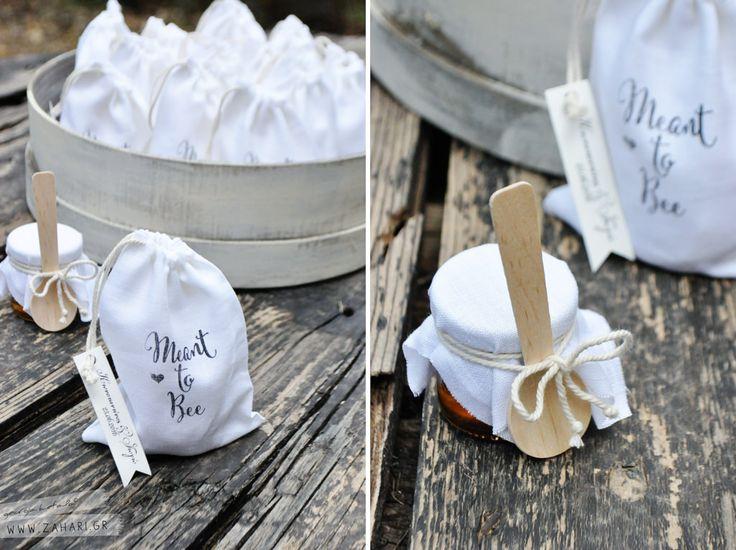 Λινά πουγκιά με βαζάκια μελιού. Greek honey mixed with walnuts for wedding favors | by www.zahari.gr