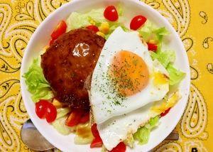 「ハワイ風☆ロコモコ丼」【ハワイ】とてもポピュラーなもので、ハワイの郷土料理です。ハンバーグにたっぷりのグレービソースをかけて\(^▽^)/半熟の目玉焼きをくずしながら召し上がれ!!【楽天レシピ】