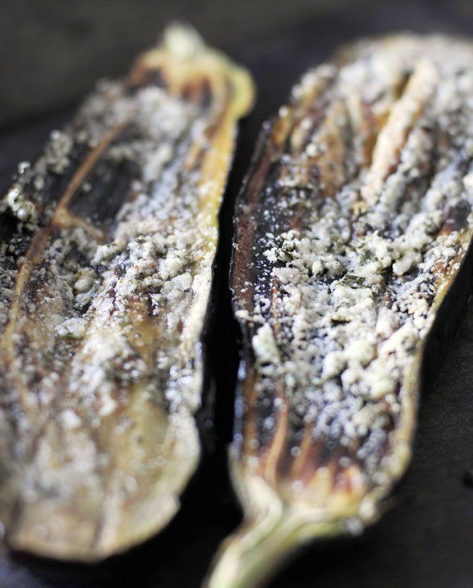 Heerlijk vegetarisch recept voor op de bbq: gegrilde aubergine van de bbq met Parmezaanse kaas en rozemarijn. Super lekker, super simpel gezond bbq recept