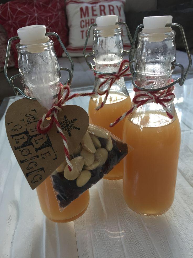 Så har jeg opskriften på æblegløgg klar til jer, og den smager virkelig godt! for at lave 1 liter gløgg skal man bruge følgende: 2 stk. stjerneanis 1 tsk. nelliker 1 tsk. kardemomme 2 kanelstænger et lille stykke ingefær 1 liter æblemost -rosiner, mandler (smuttede) og æbletern til at komme i gløggen tilsidst Kog æblemosten …