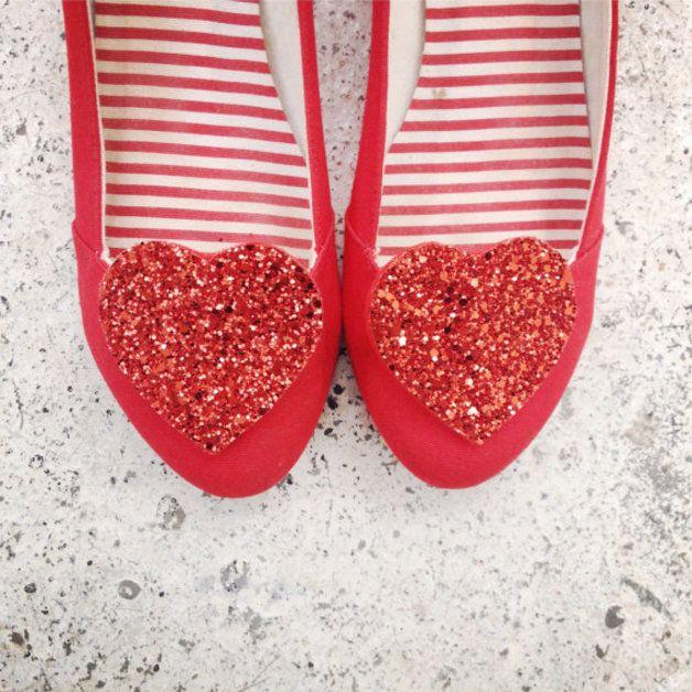 Schuh Clips mit großen roten Glitter Herzen // shoe clips with red glitter hearts by Polly McGeary via DaWanda.com