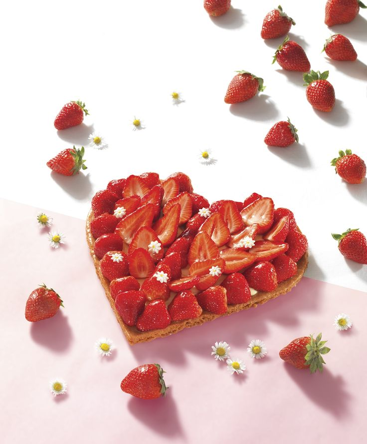A l'occasion de la Fête des mères, dites lui tout votre amour autour d'une délicieuse tarte aux fraises en forme de Cœur !  Une recette gourmande : Pâte sablée, crème pâtissière, fraises et petites marguerites en chocolat.