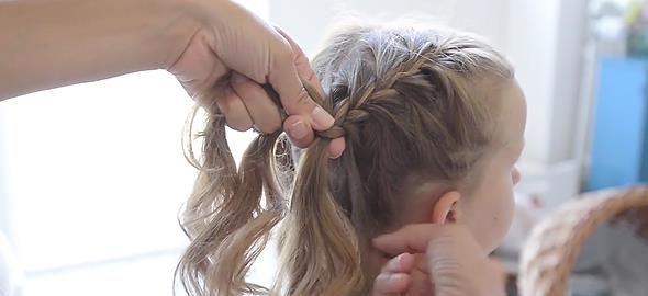 Αν η κόρη σας θέλει να πειραματιστεί με το στυλ και τα μαλλιά της, μπορείτε να τη βοηθήσετε δοκιμάζοντας 5 απλά, αλλά εντυπωσιακά χτενίσματα!