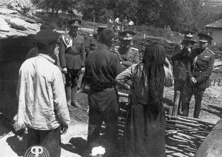 https://flic.kr/p/J5v497 | 10. Domnul General Ion Antonescu în mijlocul sătenilor dintr-un sat basarabean dezrobit