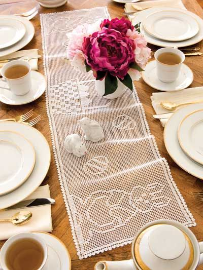 Beautiful Easter Table Runner: Bunnies Tables, Crochet Filet Easter, Crochet Easter, Easter Table, Easter Bunnies, Beautiful Easter, Easter Patterns, Easter Crochet, Crochet Patterns