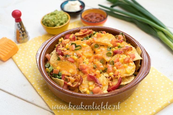 Dit is mijn ultieme luie-zaterdagavond-met-je-bord-op-schoot-voor-de-tv-snack: nacho's met kaas uit de oven! Ik serveer de nacho's met drie snelle dips.