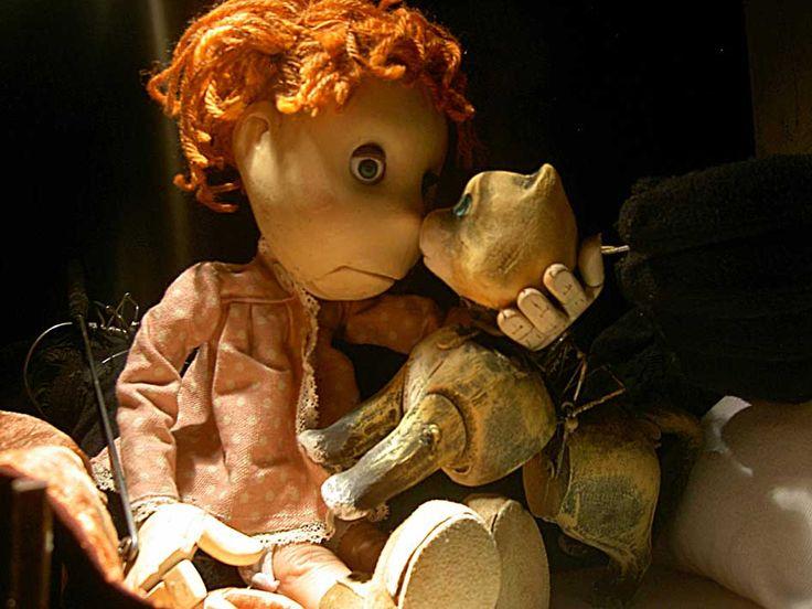 """O espetáculo Dorme, concebido por Laura Bartolomei, é como uma dança lenta, sustentada pela técnica de marionetes de pulso. Uma menina vai dormir e inicia uma viagem dentro de seus sonhos e pesadelos, belezas e medos: peixes com cara de humanos que voam; a descoberta do seu próprio eu saindo de um closet; a descoberta...<br /><a class=""""more-link"""" href=""""https://catracalivre.com.br/geral/agenda/barato/cia-italiana-la-capra-ballerina-apresenta-dorme/"""">Continue lendo »</a>"""