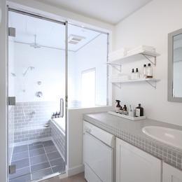 M邸の部屋 ガラス張りで浴室と洗面所の開放感が生まれる