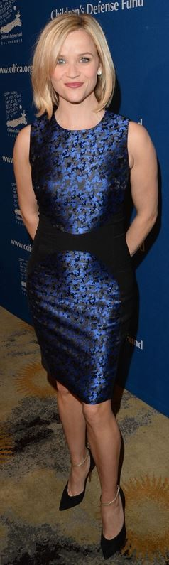 Who made  Reese Witherspoon's blue print dress and black ankle strap pumps that she wore on December 5, 2013?