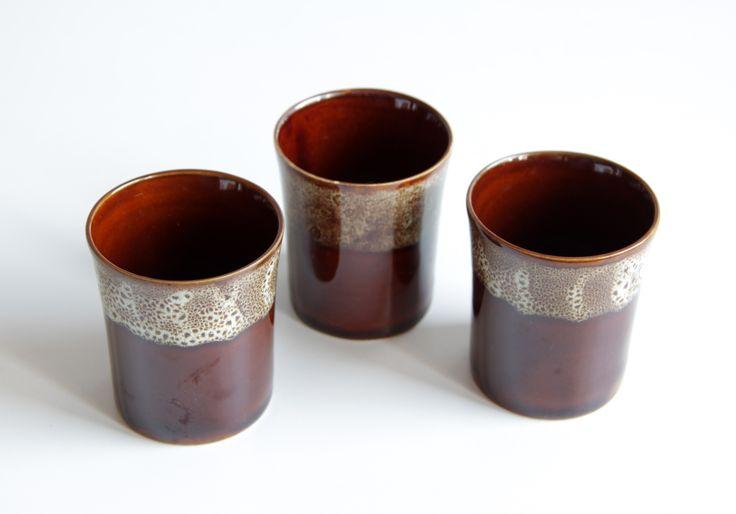 Idealny na zimowe wieczory zestaw trzech kubeczków do grzańca. Stan idealny, polecam! #vintage #vintageshop #vintagefinds #polish #design #classic #prl #mirostowice #ceramics #handpainted