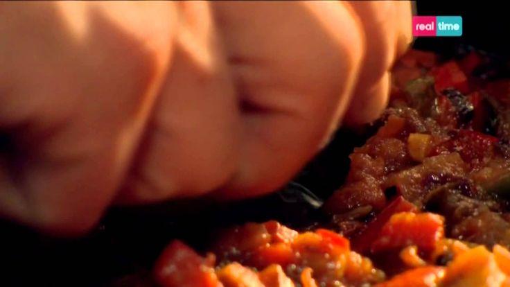 Cucina con Ramsay # 72:  Uova alla Nord Africana Le uova cotte con peperoncino, pomodoro, pepe e cipolla sono una colazione tipica in tutto il Magreb e Medioriente. Qui Ramsay dà la sua versione per una colazione speciale o un brunch. Per un pasto più ricco potete aggiungere anche salsicce profumate alle erbe aromatiche, ma foratene la pelle...