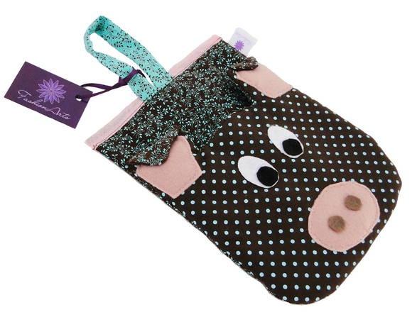 Lixinho para  carro em formato de porquinho, acolchoado, feito com tecido de algodão e detalhes do porquinho em feltro.