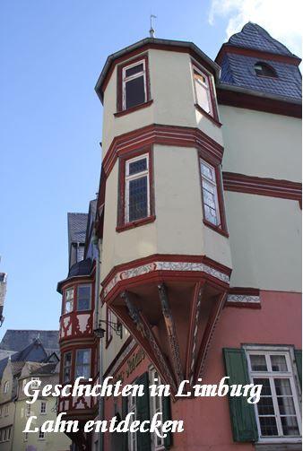 """In der Altstadt von Limburg Lahn lassen sich viele interessante Geschichten entdecken wie hier am Haus von """"Jonas und der Wal""""."""