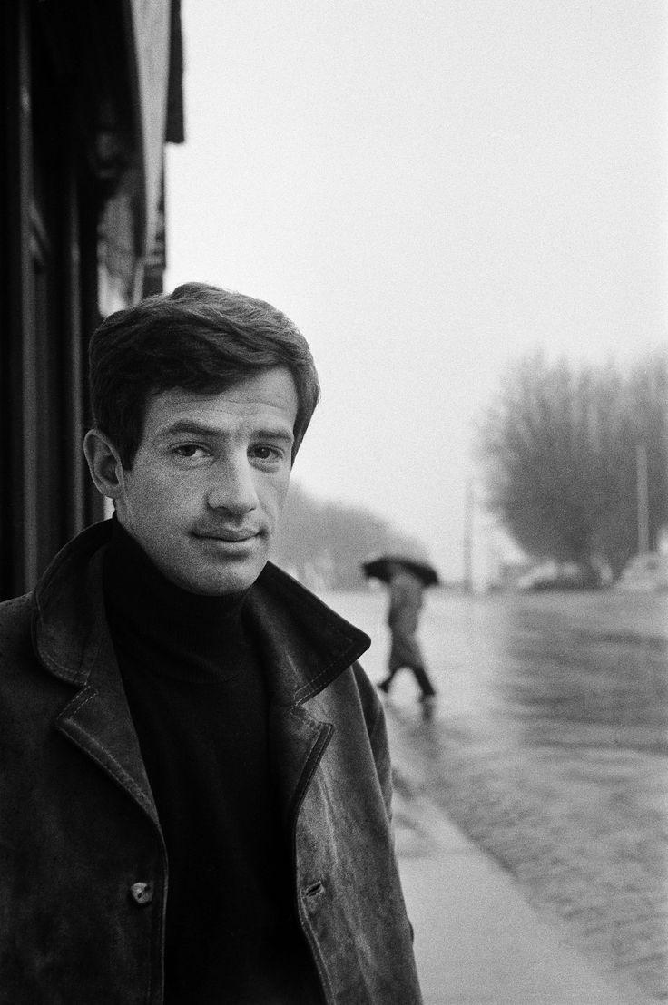 """1960 - Portrait de Jean Paul Belmondo sur le tournage de """"Modérato cantabile"""" de Peter Brook. Jean-Paul a 27 ans, et c'est son 12 e films. Il a comme partenaire Jeanne Moreau qui obtiendra pour son rôle, le Prix d'interprétation féminine au festival de Cannes . Photo : François Gragnon/Paris Match"""