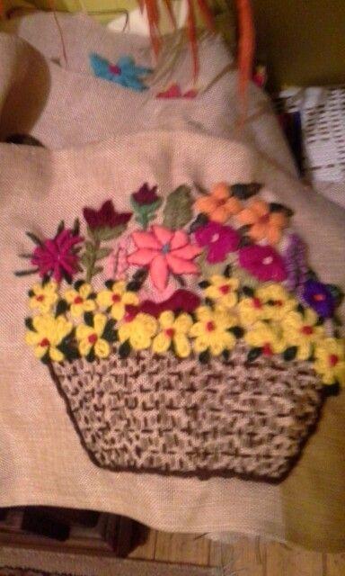 Canasta de flores en crewel