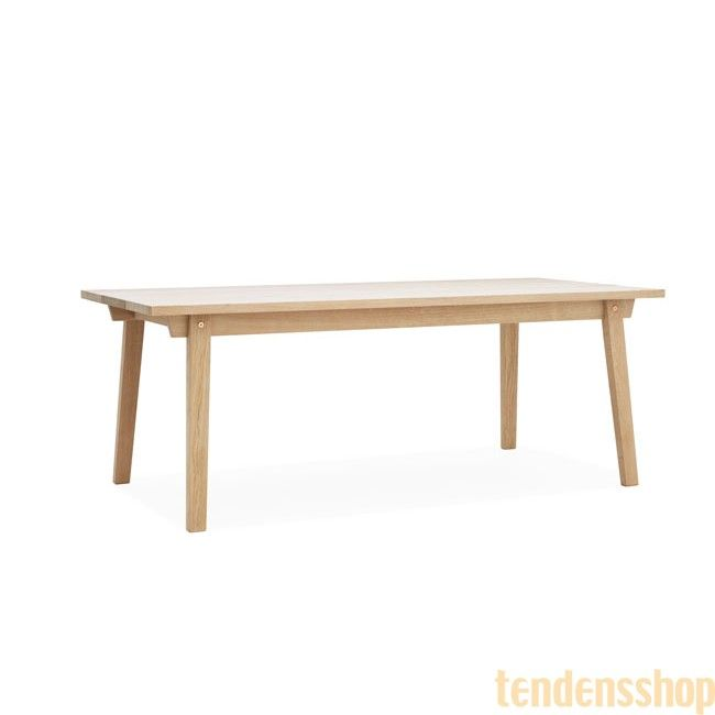 Normann Copenhagen lancerer et klassisk, flot bord i sæbebehandlet eg med en lækker finish. #design #spiseborde #boligindretning #normann_cph