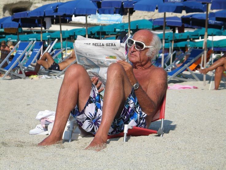 lettura in spiaggia con nuovo modello di occhiali transition