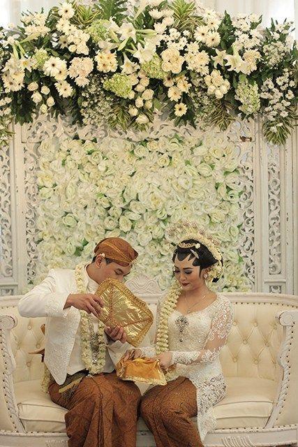 Pernikahan Adat Jawa Kental di Kota Semarang -