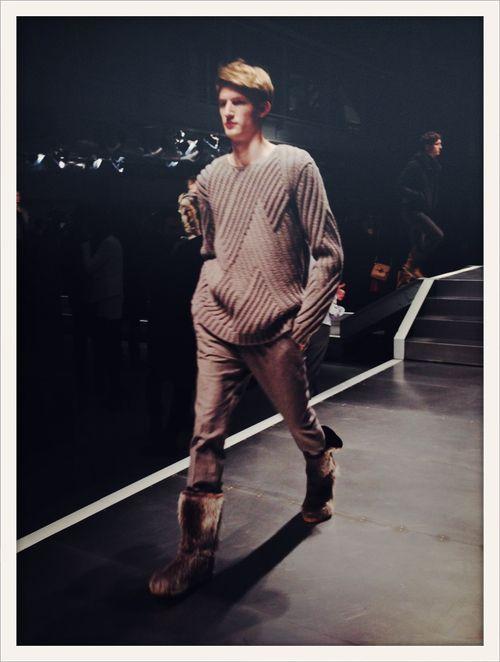 Pull en maille loose et bottes en fourrure au défilé Fendi  //  Loose-fit sweater and fur boots at Fendi