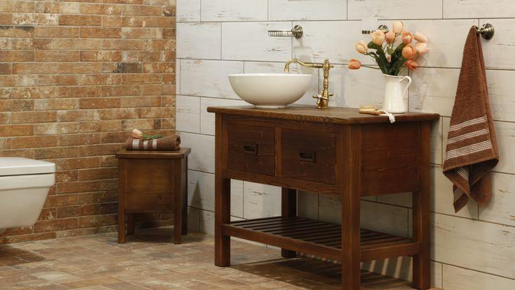 Country koupelna s nádechem venskovského stylu. Výborným základem pro venkovský styl je využití vzhledu pálených cihel, dřeva či prken s puncem patiny.