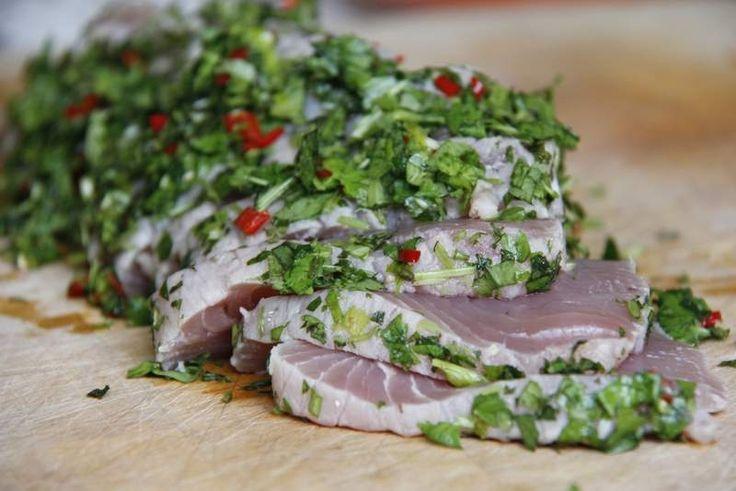 Zet de tonijn op tafel