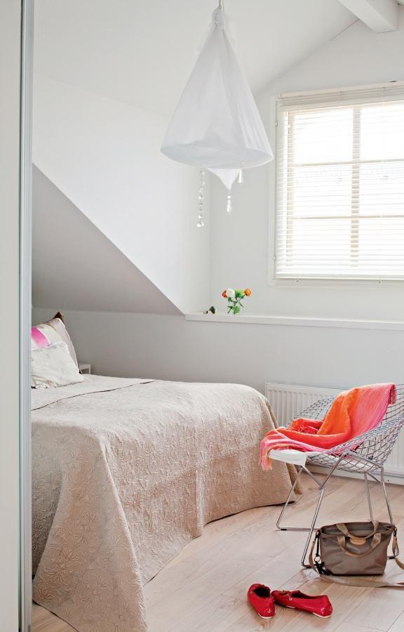 Makuuhuoneessa on edelliseen asuntoon ostettu Harry Bertoian Diamond-tuoli. Brita Flanderin kangasvalaisimen nimi on Hölmöläisen säkki. Vuode on Hästensin | Valon vintti | Koti ja keittiö