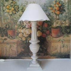 Pied de lampe (40 cm) en bois peint grege et patine blanc - 2 pieces uniques