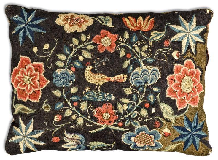 Broderad kudde, 1700-tal. 1855279 bukobject